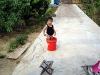 Chłopczyk w wiadrze