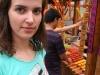 Asia przy straganie z jedzeniem na patykach