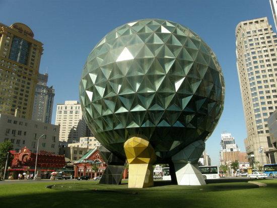 Kosmiczna architektura w centrum miasta