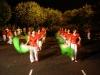 Taniec z szarfami w parku