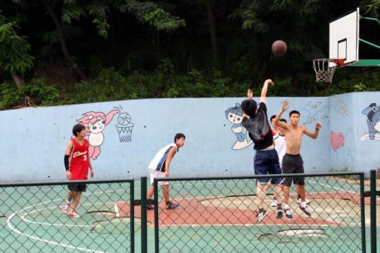 Młodzież-grająca-w-koszykówkę